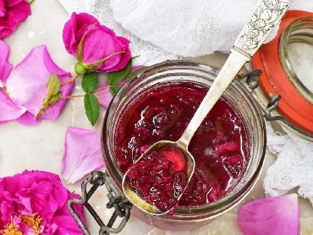 Домашно сладко от чаена роза - снимка на рецептата